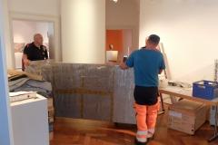 Ausstellungsmöbel verlassen die Wechselausstellungsräume