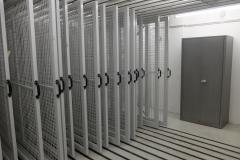 Die leeren Gitterzuganlagen des Museums, an denen normalerweise die deponierten Gemälde hängen