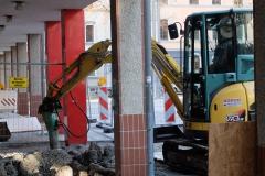 Inzwischen ist der Umbau in vollem Gange, Wände eingerissen, Decken herunter genommen, Türstöcke herausgebrochen.
