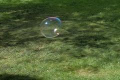 esm4_Schillernde Seifenblasen schwebten während des Museumsfestes über dem Museumshof