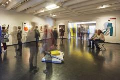 esm_15_Besucher sehen sich die Dauerausstellung zu Ernst Geitlinger an