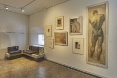 esm_17_Vom Maler zum Bildhauer_Inszenierung früher Werke Scharffs und Sitzgelegenheiten mit Medienstation