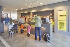 esm_1_Besucher an der neuen Kasse und im Museumsshop