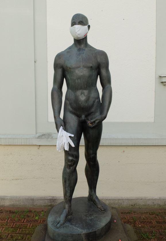 """Edwin Scharffs """"Junger Athlet"""" mit Mund-Nasen-Schutz und Handschuhen."""