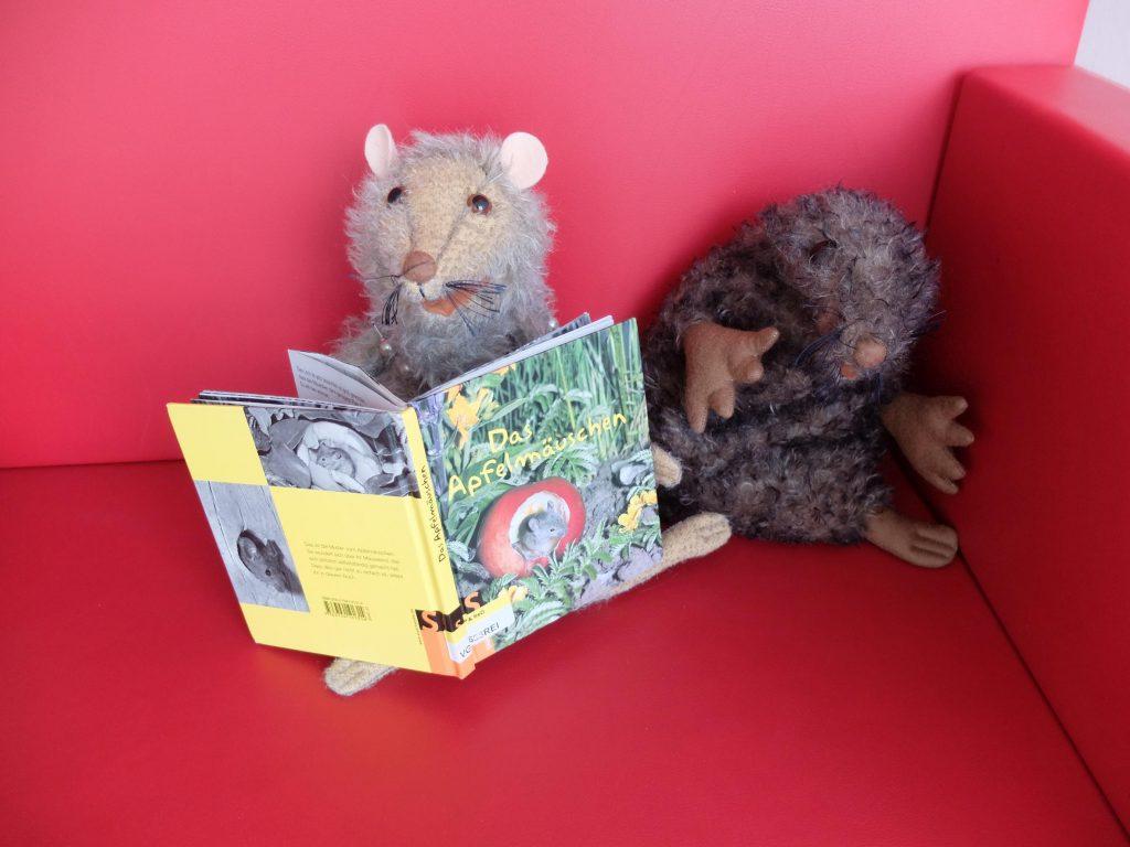 Sam liest Manfred gerne Bücher vor.